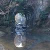 水鏡に反射する光と流れ落ちる清流が造る「亀岩の洞窟」の幻想的な世界