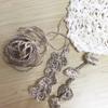 紡いだシルクノイルで作ったマフラーと植物モチーフのフリル