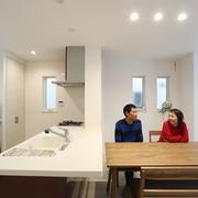 周りを囲まれた敷地でも明るく広く 開放感いっぱいで家事のしやすい住まいが完成