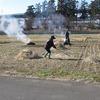 冬の田や藁焼く人の影二つ