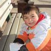 中国 北京 天安門前の大通りで幼児にガイドブックを奪われる