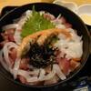 福井県小浜市にあるおさしみ処かねまつで、新鮮な刺身がたっぷり盛られた刺身丼(大)