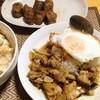 【今日の食卓】カオガパオ(鶏肉のバジル炒めご飯)とサイ・ウア(タイ北部のソーセージ)。