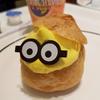 ユニバーサル・スタジオ・ジャパン内のレストラン「ミニオンのシュークリーム」ひょっこり出てきている感じがカワイイ(´∀`)