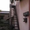 外階段の踊り場に簡易波板屋根取付