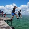 ペテンイツァ湖に飛び込み!大はしゃぎするグアテマラの子供達