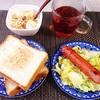 トースト、フランクフルトとキャベツサラダ、バナナヨーグルト、紅茶。