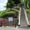 上柳地区の古い家並みと高台の神社