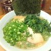「銀家 横浜西口店」で青ネギほうれん草増しラーメンを食べる。ライスが無料というのと丸山製麺という部分は気に入りました。味はクセのない万人向けかな…?