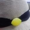 夏の帽子にブローチをつけて、自分アレンジ。