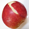 りんごの皮むきはピーラーで簡単に。