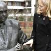 ホロコースト経験者で故アメリカ下院議員の銅像が、出身地のハンガリーに建立