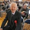 15日、渡利地区敬老会。米寿のお祝いを受けた方が謝辞で戦争を繰り返させない思いを語りました。