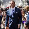 珠城りょうにはトム・フォードのタイトなスーツを。
