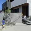 ア-ルプランナ-の家 モルタル壁と植栽