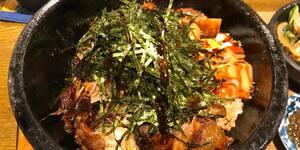 逗子の本格沖縄ごはん「くくるやー」石焼きミックス丼はボリューム満点・アツさも満点
