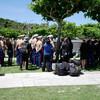 沖縄「平和の礎」:ニコルソン米軍調整官と握手…