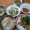 玉葱の味噌汁と穴子の天ぷらと胡瓜の酢漬け