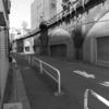 【今日の1枚】ガード下のシャッター街、元は何があったのかなぁ。