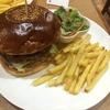 「香留壇(カルダン)」 昭和レトロな喫茶店が、まさかのハンバーガー専門店。ソース類でごまかさないその味は、ストレートに肉とバンズの味。いやあな、ソースやドレッシングの「はみ出し」がない食べやすさも嬉しい!!