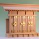 小型の一社の神棚を横に3台並べたような薄型の三社の神棚