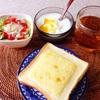 チーズトースト、たまねぎサラダ、ヨーグルト、アールグレイティー。