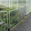 水路への転落防止のための柵で市道まで塞いじゃった高槻市