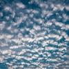 親指でわかる!ひつじ雲といわし雲の違い ―― 秋の空は見どころいっぱい