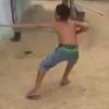 少年が建物から頑張って引っ張り出した動物が衝撃的すぎる!