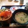 熊本市「築地すし鮮 熊本総本店」海鮮丼定食と馬刺しのにぎり