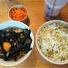 今日の朝ご飯。卵かけオートミール、サラダ、酢の物、プロテイン、
