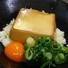 お金が無い時は豆腐丼を食べるしかないということを日本に拡散しなきゃいけない