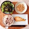 焼き鮭、海藻サラダ、小粒納豆。