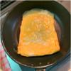 丸いフライパンで四角い卵焼きを焼く