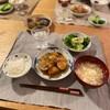 ごはん、肉じゃが、緑の野菜の蒸し焼き、切り干しとカニカマと卵の味噌汁