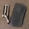 チタン製ベルトフックでキーケースをベルトに装着