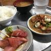 川崎北部市場の「富士弁」でボリュームたっぷりの朝ごはん。朝から刺身とモツ煮で大盛りごはんを平らげる。
