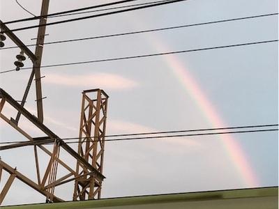 ラッキーな一日の終わり〜電車とホームの屋根の間に虹、見っけ〜