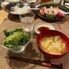 子供は手巻き寿司、春菊とアボカドのサラダ、キャベツと揚げの味噌汁