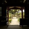 金沢市の長田菅原神社で拝殿の中から写真を撮る