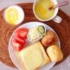 チーズトースト、ディナーロール、サラダ、コーンスープ、ヨーグルト。