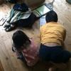 放置されている筆箱は、一歳8ヶ月には格好の遊び道具