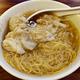 香港、重慶大厦(チョンキンマンション)の近くで食べる「6座雲吞面」のワンタン麺