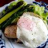 本日の朝食惣菜は…蒸し鶏と目玉焼きの親子サラダ♪