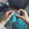 編み物で精神統一を図る