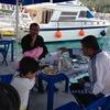 青の洞窟メイス島で、昼間から飲んでる船乗りにご馳走になる。(ギリシャ・トルコ
