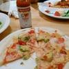 【今日の食卓】ポポラマーマ花小金井店で、エビとアボカドのピッツァ690円税別。マリーシャープスのハバネロは中辛でも1滴だけで激辛。写ってないが、ここのパスタは生から茹でるもので、独特のモッチリ感が飽きさせない。 Pizza of shrimp and avocado at Popolamama. #食探三昧 #ポポラマーマ #ピッツァ
