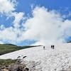 まだ残る雪渓の上を歩くことも 夏山歩きの楽しみの一つ