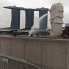 ホテルボスはバルコニーから観覧車シンガポールフライヤーが見える。Hotel Boss 交差点側の景色