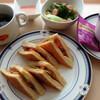 ミックスサンドイッチ、ハンバーグトマトソース、鯖の塩焼き/『コーヒーに第3の波』日経MJ6月16日記事より